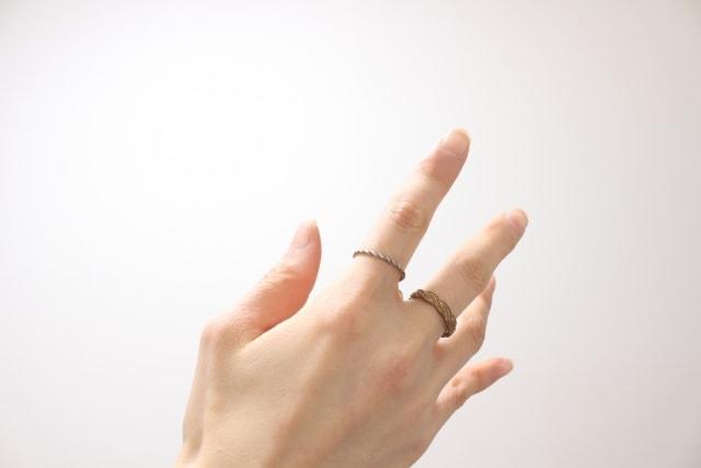 指輪をはめている指