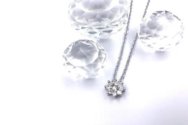 手軽にプレゼントするのにぴったりのダイヤモンドネックレスとは?