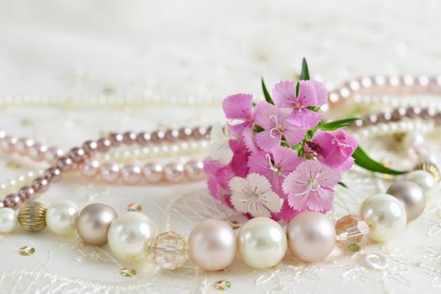 真珠のネックレスと花