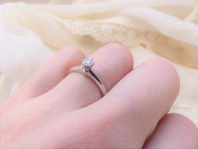指輪をつけた手