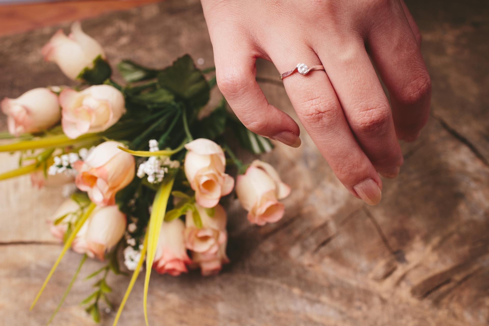 指輪をつけた指