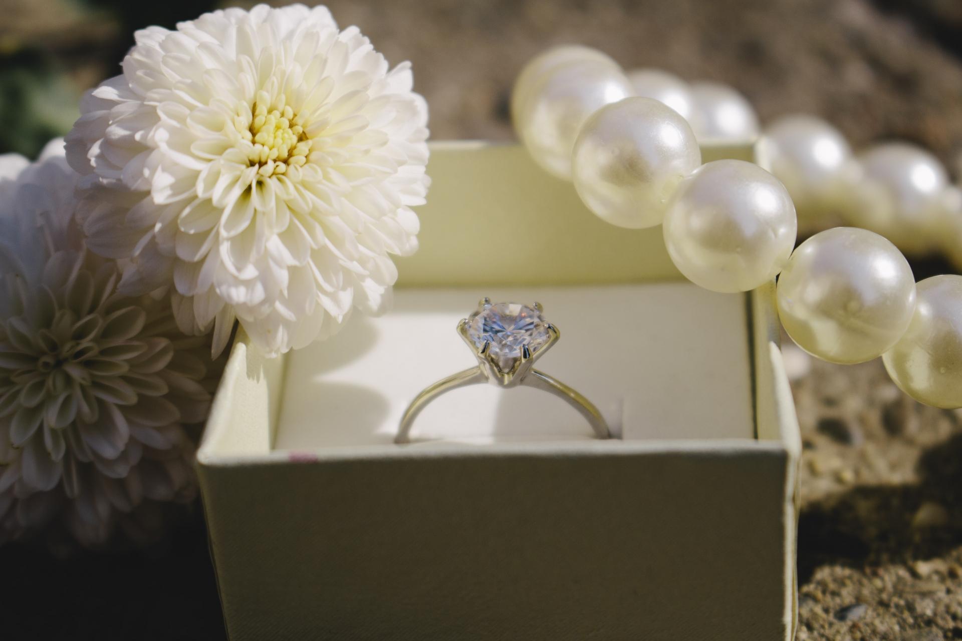 白い花と指輪